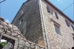 Фасад дома. Боко-Которская бухта, Черногория, Пераст : Каменный дом в 20 метрах от моря, 6 спален, 4 ванные комнаты, сад, терраса