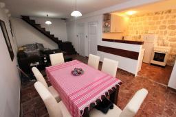 Гостиная. Боко-Которская бухта, Черногория, Пераст : Каменный дом в 20 метрах от моря, 6 спален, 4 ванные комнаты, сад, терраса