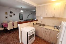 Кухня. Боко-Которская бухта, Черногория, Пераст : Каменный дом в 20 метрах от моря, 6 спален, 4 ванные комнаты, сад, терраса
