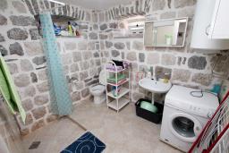 Ванная комната 2. Боко-Которская бухта, Черногория, Пераст : Каменный дом в 20 метрах от моря, 6 спален, 4 ванные комнаты, сад, терраса
