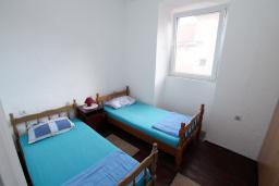 Спальня. Боко-Которская бухта, Черногория, Пераст : Каменный дом в 20 метрах от моря, 6 спален, 4 ванные комнаты, сад, терраса