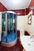 Ванная комната. Боко-Которская бухта, Черногория, Братешичи : Двухэтажный дом с бассейном, гостиная, кухня-столовая 3 спальни, 2 ванные комнаты, дворик, место для барбекю, Wi-Fi