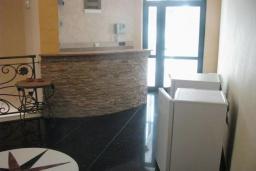 Кухня. Будванская ривьера, Черногория, Петровац : Трехэтажная вилла с бассейном, видом на море, гостиная, 2 кухни, 7 спален с ванными комнатами, место для парковки, Wi-Fi