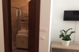 Ванная комната. Рафаиловичи, Черногория, Рафаиловичи : Студия в 150 метрах от пляжа, с кондиционером и плазменным телевизором