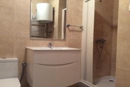 Ванная комната. Рафаиловичи, Черногория, Рафаиловичи : Апартамент в 150 метрах от пляжа, с гостиной и отдельной спальней