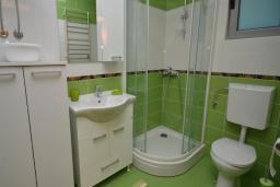 Ванная комната. Рафаиловичи, Черногория, Рафаиловичи : Апартамент в 50 метрах от пляжа, с гостиной и отдельной спальней