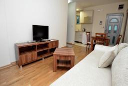 Гостиная. Рафаиловичи, Черногория, Рафаиловичи : Апартамент в 50 метрах от пляжа, с гостиной и отдельной спальней