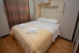 Спальня. Рафаиловичи, Черногория, Рафаиловичи : Апартамент в 50 метрах от пляжа, с гостиной и отдельной спальней