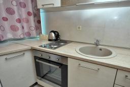 Кухня. Рафаиловичи, Черногория, Рафаиловичи : Апартамент в 50 метрах от пляжа, с гостиной, отдельной спальней и балконом