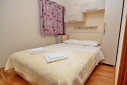 Спальня. Рафаиловичи, Черногория, Рафаиловичи : Апартамент в 50 метрах от пляжа, с гостиной, отдельной спальней и балконом