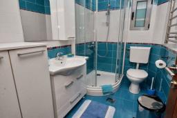 Ванная комната. Рафаиловичи, Черногория, Рафаиловичи : Апартамент в 50 метрах от пляжа, с гостиной, отдельной спальней и балконом