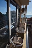 Балкон. Рафаиловичи, Черногория, Рафаиловичи : Апартамент в 50 метрах от пляжа, с гостиной, отдельной спальней и балконом