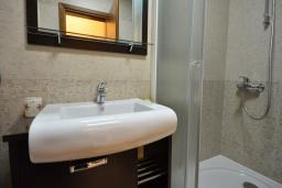 Ванная комната. Рафаиловичи, Черногория, Рафаиловичи : Апартамент в 50 метрах от пляжа, с гостиной, отдельной спальней и балконом с видом на море