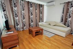 Гостиная. Рафаиловичи, Черногория, Рафаиловичи : Апартамент в 50 метрах от пляжа, с гостиной, отдельной спальней и балконом с видом на море