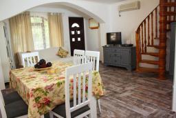 Гостиная. Будванская ривьера, Черногория, Рафаиловичи : Двухэтажный дом на набережной в Рафаиловичи, 2 спальни, 2 ванные, терраса, балкон, Wi-Fi