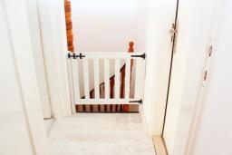 Коридор. Рафаиловичи, Черногория, Рафаиловичи : Двухэтажный дом на набережной в Рафаиловичи, 2 спальни, 2 ванные, терраса, балкон, Wi-Fi