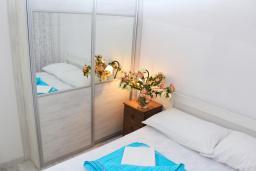 Спальня. Рафаиловичи, Черногория, Рафаиловичи : Двухэтажный дом на набережной в Рафаиловичи, 2 спальни, 2 ванные, терраса, балкон, Wi-Fi