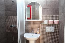 Ванная комната. Будванская ривьера, Черногория, Рафаиловичи : Двухэтажный дом на набережной в Рафаиловичи, 2 спальни, 2 ванные, терраса, балкон, Wi-Fi