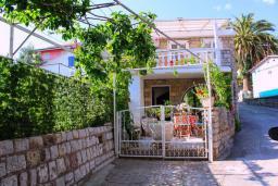 Фасад дома. Рафаиловичи, Черногория, Рафаиловичи : Двухэтажный дом на набережной в Рафаиловичи, 2 спальни, 2 ванные, терраса, балкон, Wi-Fi
