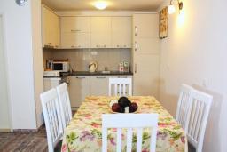 Кухня. Будванская ривьера, Черногория, Рафаиловичи : Двухэтажный дом на набережной в Рафаиловичи, 2 спальни, 2 ванные, терраса, балкон, Wi-Fi