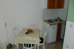 Кухня. Рафаиловичи, Черногория, Рафаиловичи : Апартамент в 30 метрах от пляжа, с гостиной и отдельной спальней