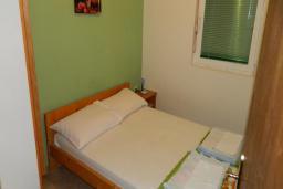 Спальня. Рафаиловичи, Черногория, Рафаиловичи : Апартамент в 30 метрах от пляжа, с гостиной и отдельной спальней