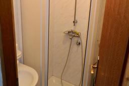 Ванная комната. Рафаиловичи, Черногория, Рафаиловичи : Апартамент в 30 метрах от пляжа, с гостиной и отдельной спальней