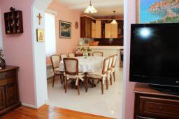 Кухня. Рафаиловичи, Черногория, Рафаиловичи : Апартамент возле пляжа, с большой гостиной, тремя отдельными спальнями, двумя ванными комнатами и балконом с видом на море