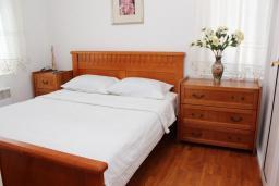 Спальня. Рафаиловичи, Черногория, Рафаиловичи : Апартамент возле пляжа, с большой гостиной, тремя отдельными спальнями, двумя ванными комнатами и балконом с видом на море