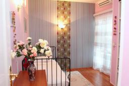 Спальня 2. Рафаиловичи, Черногория, Рафаиловичи : Апартамент возле пляжа, с большой гостиной, тремя отдельными спальнями, двумя ванными комнатами и балконом с видом на море