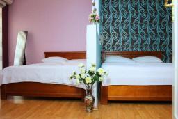Спальня 3. Рафаиловичи, Черногория, Рафаиловичи : Апартамент возле пляжа, с большой гостиной, тремя отдельными спальнями, двумя ванными комнатами и балконом с видом на море