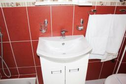 Ванная комната 2. Рафаиловичи, Черногория, Рафаиловичи : Апартамент возле пляжа, с большой гостиной, тремя отдельными спальнями, двумя ванными комнатами и балконом с видом на море