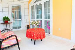 Балкон. Рафаиловичи, Черногория, Рафаиловичи : Апартамент возле пляжа, с большой гостиной, тремя отдельными спальнями, двумя ванными комнатами и балконом с видом на море
