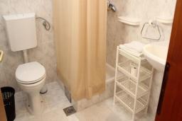 Ванная комната. Рафаиловичи, Черногория, Рафаиловичи : Номер с балконом возле пляжа