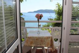 Балкон. Рафаиловичи, Черногория, Рафаиловичи : Номер с балконом и видом на море, возле пляжа