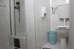 Ванная комната. Будванская ривьера, Черногория, Рафаиловичи : Номер с балконом и видом на море, возле пляжа