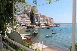 Вид на море. Будванская ривьера, Черногория, Рафаиловичи : Номер с балконом и видом на море, возле пляжа