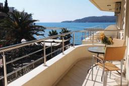 Балкон. Рафаиловичи, Черногория, Рафаиловичи : Апартамент возле пляжа с балконом и шикарным видом на море, гостиная, 3 спальни, 2 ванные комнаты