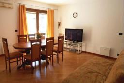 Гостиная. Рафаиловичи, Черногория, Рафаиловичи : Апартамент возле пляжа с балконом и шикарным видом на море, гостиная, 3 спальни, 2 ванные комнаты