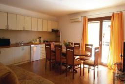 Кухня. Рафаиловичи, Черногория, Рафаиловичи : Апартамент возле пляжа с балконом и шикарным видом на море, гостиная, 3 спальни, 2 ванные комнаты