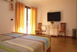 Спальня. Рафаиловичи, Черногория, Рафаиловичи : Апартамент возле пляжа с балконом и шикарным видом на море, гостиная, 3 спальни, 2 ванные комнаты