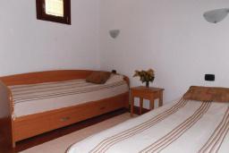 Спальня 2. Рафаиловичи, Черногория, Рафаиловичи : Апартамент возле пляжа с балконом и шикарным видом на море, гостиная, 3 спальни, 2 ванные комнаты