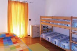 Спальня 3. Рафаиловичи, Черногория, Рафаиловичи : Апартамент возле пляжа с балконом и шикарным видом на море, гостиная, 3 спальни, 2 ванные комнаты