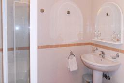 Ванная комната. Рафаиловичи, Черногория, Рафаиловичи : Апартамент возле пляжа с балконом и шикарным видом на море, гостиная, 3 спальни, 2 ванные комнаты