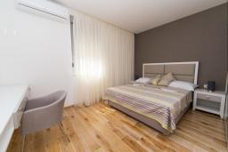 Спальня 2. Будванская ривьера, Черногория, Рафаиловичи : Апартамент возле пляжа с балконом и шикарным видом на море, гостиная, 2 спальни, 2 ванные комнаты