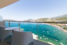 Балкон. Будванская ривьера, Черногория, Рафаиловичи : Апартамент возле пляжа с балконом и шикарным видом на море, гостиная, 2 спальни, 2 ванные комнаты