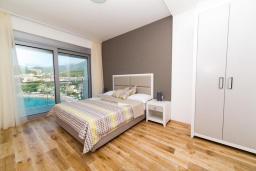 Спальня. Будванская ривьера, Черногория, Рафаиловичи : Апартамент возле пляжа с балконом и шикарным видом на море, гостиная, 2 спальни, 2 ванные комнаты