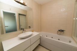 Ванная комната. Будванская ривьера, Черногория, Рафаиловичи : Апартамент возле пляжа с балконом и шикарным видом на море, гостиная, 2 спальни, 2 ванные комнаты