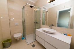 Ванная комната 2. Будванская ривьера, Черногория, Рафаиловичи : Апартамент возле пляжа с балконом и шикарным видом на море, гостиная, 2 спальни, 2 ванные комнаты