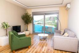 Гостиная. Будванская ривьера, Черногория, Рафаиловичи : Апартамент возле пляжа с балконом и шикарным видом на море, гостиная, 2 спальни, 2 ванные комнаты